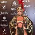 Baile da Vogue: Baile da Vogue: Noiva de Latino, Jéssica Rodrigues apostou em um look dourado e muito ousado, com bastante pele à mostra