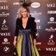 Baile da Vogue: Longo de Monica Salgado em tons contrastantes chamou bastante atenção. A jornalista também usou acessório de cabeça