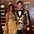 Baile da Vogue: Mais detalhes do look de Gloria Maria, longo e saia com volume em tons de dourado