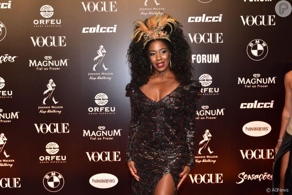 256a3cfdfcfbf Baile da Vogue  Vestido preto com brilhos também tinha fenda lateral ...