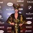 Baile da Vogue: Suzana Pires apostou no dourado com decote, paetês e mangas