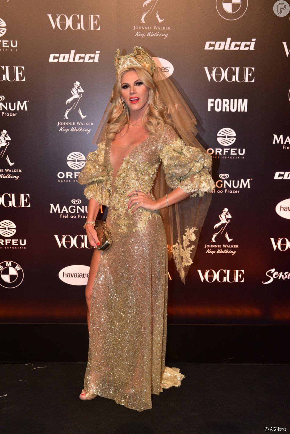 dbf116ae3f8e1 Baile da Vogue  Val Marchiori apostou no dourado com aplicações e  transparência. Acessório de cabeço deu ainda mais dramaticidade ao look