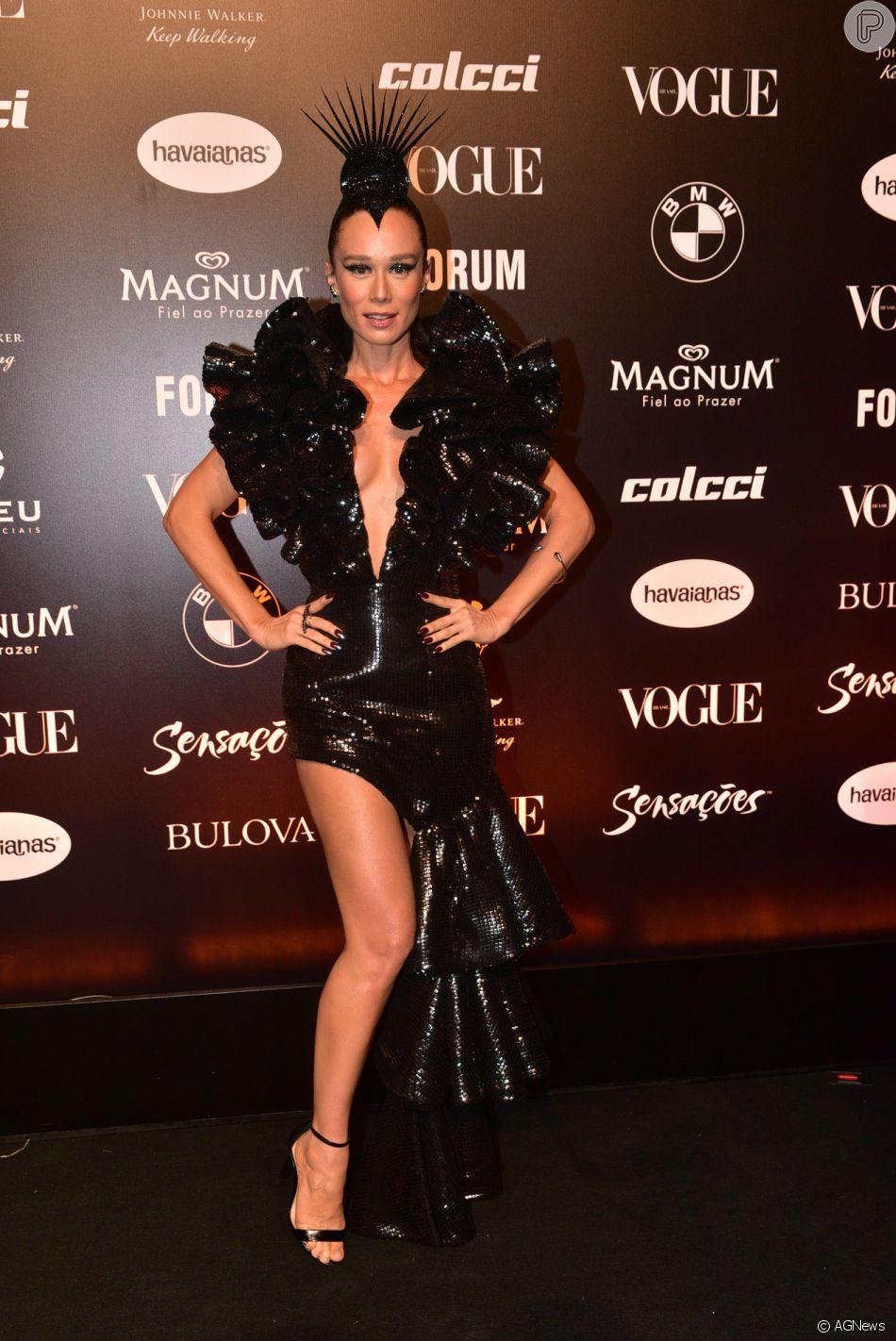 e86abfece846c Baile da Vogue  Vestido longo com muito babados e assimetria da grife  Iorane marcou o look de Mariana Ximenes na festa de gala.