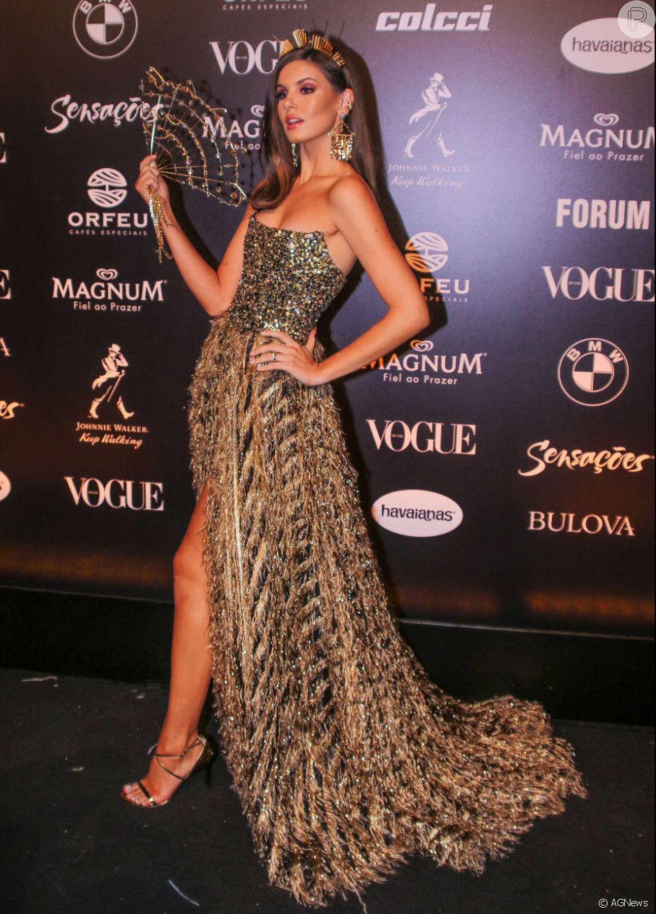 2e30f5776114f Baile da Vogue  Acessórios de Camila Queiroz deixou o visual da atriz com  toque fashionista ao misturar texturas e acessórios vazados