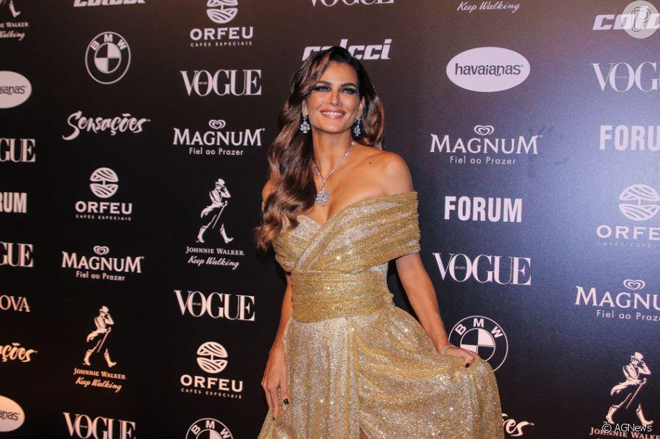 72cea470573c7 Baile da Vogue  Todo o glamour do look de Fernanda Mota no evento de gala. Vestido  dourado com decote transpassado e joias para complementar o visual