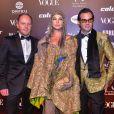 Baile da Vogue: Leticia Birkheuer usou acessório de cabeça, capa e vestido em tons de dpurado em um mix de tenxturas