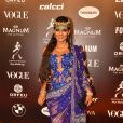 Baile da Vogue: Mais uma que fugiu do dourado, Mônica Carvalho apostou em vestido azul com transparência e rendas. O detalhe ficou por conta dos acessórios de cabeça e as pulseiras