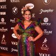 Baile da Vogue: Daniela Falcão com vestido multicolorido e babado nas mangas com muito brilho