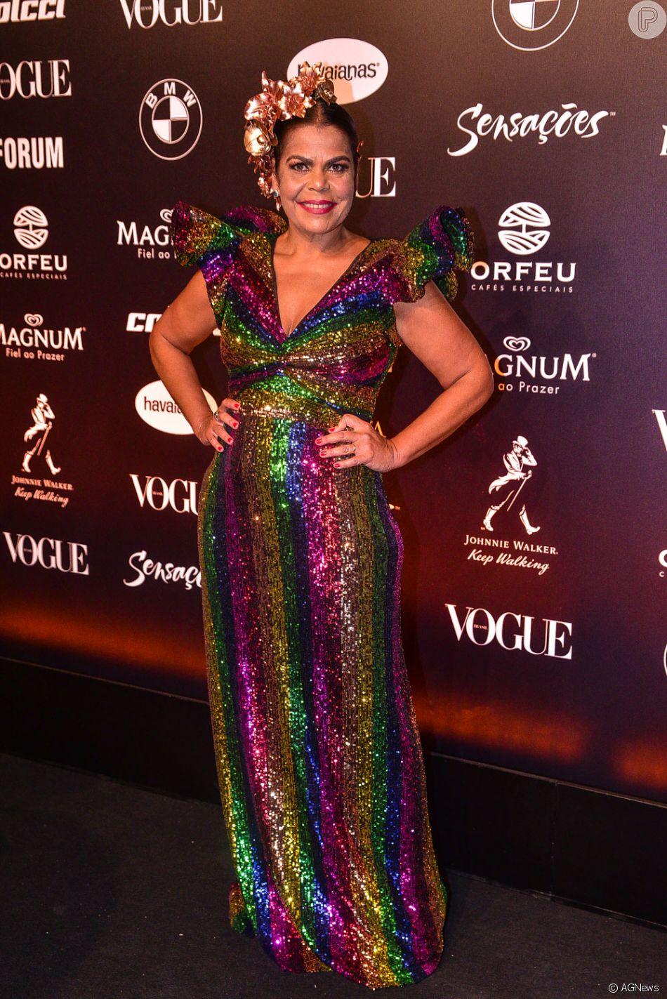 69549f15d6a13 Baile da Vogue  Daniela Falcão com vestido multicolorido e babado nas  mangas com muito brilho
