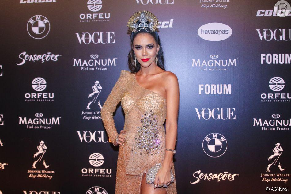 ddec838a826fe Baile da Vogue  Mais detalhes do look de Daniela Albuquerque com tecido  brilhoso