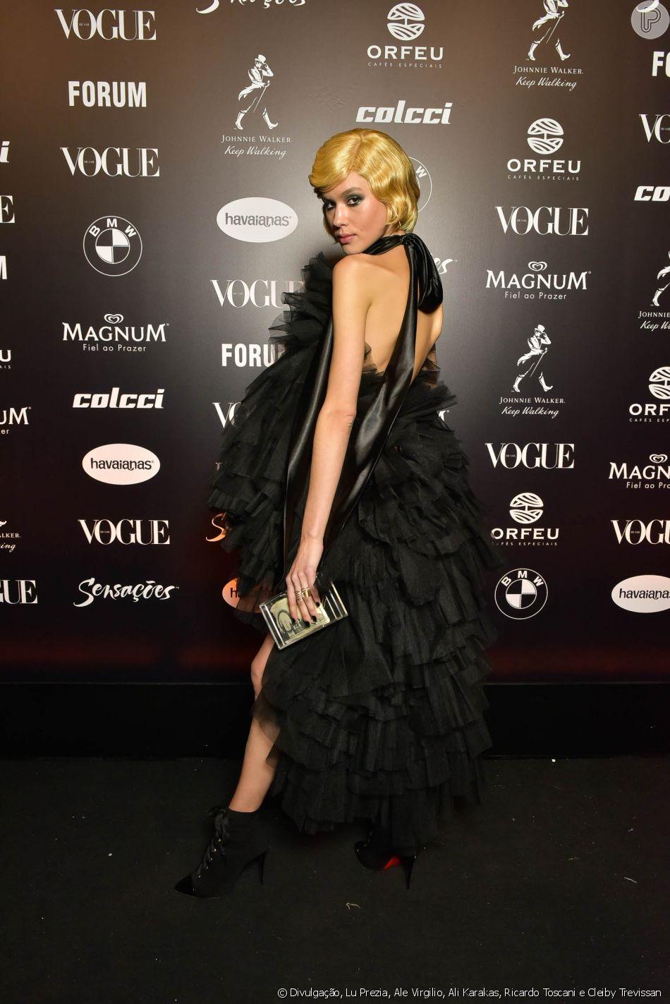 8be64e8cd3087 Baile da Vogue  Angelica Erthal com vestido preto cheio de babados e muito  volume