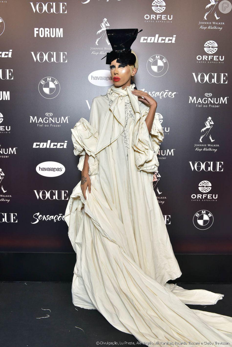 db7a7e85539ad Baile da Vogue  Bianca Dellafancy de  all white  e muito volume no vestido