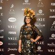 Baile da Vogue: Carol Porto com vestido com transparência e bordados no comprimento midi