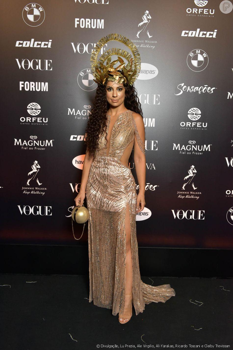 efc1ee26022ca Baile da Vogue  Karina Xavier de vestido dourado com transparência e muito  brilho