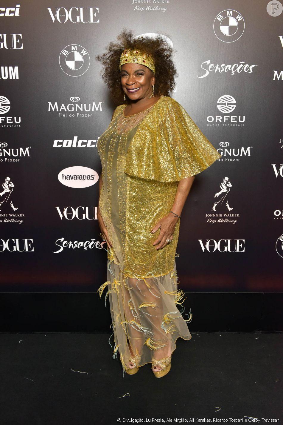 91d01f0750117 Baile da Vogue  Zezé Motta de dourado com transparência plumas e babados