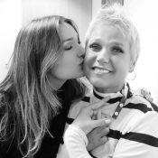 Em NY, Sasha 'ganha' 1ª fatia do bolo de 56 anos de Xuxa em videochamada: 'Amo'