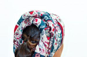 Aprenda a fazer um penteado com turbante e entre na onda de 'Orfãos da Terra'