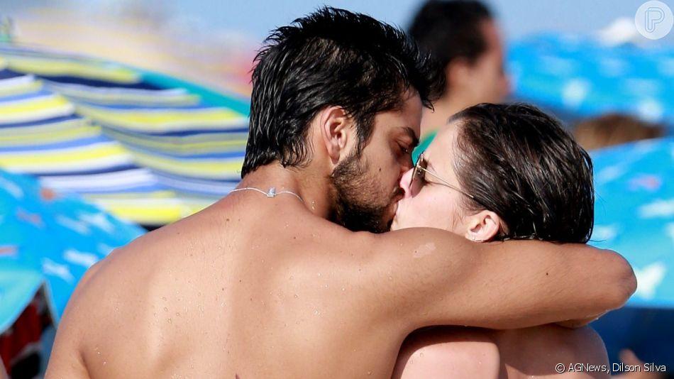 Agatha Moreira e Rodrigo Simas trocam beijos em dia de praia na Barra da Tijuca, Zona Oeste do Rio de Janeiro, em 13 de abril de 2018