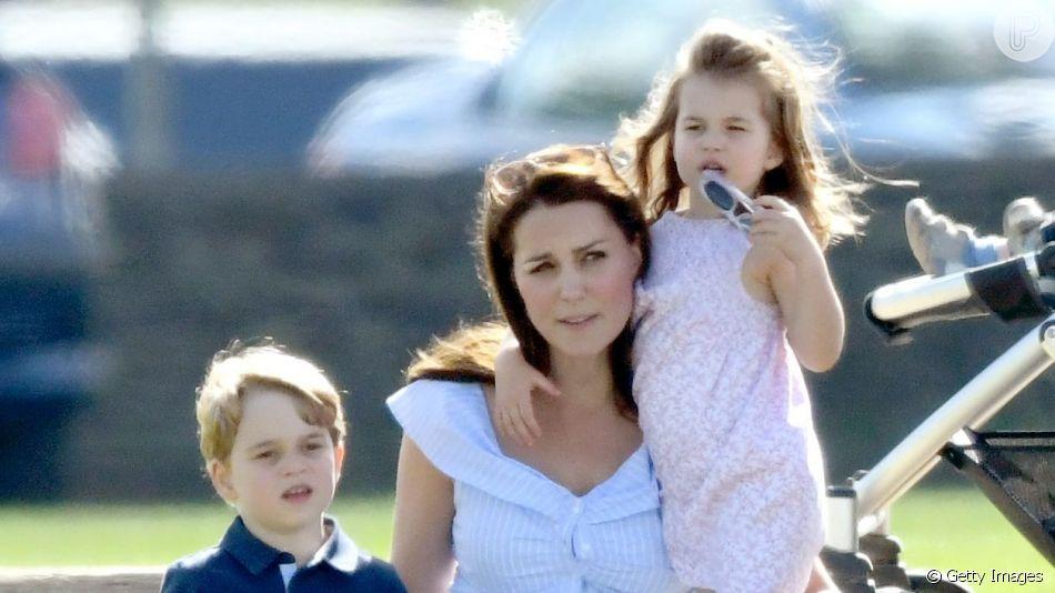 Kate Middleton levou os filhos, George, de 5 anos, e Charlotte, de 3, para programa ao ar livre em Norfolk