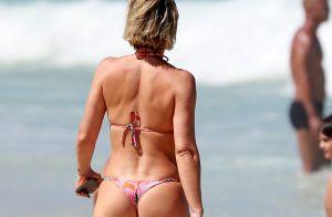 Flávia Alessandra toma banho de mar em dia de praia com a filha Olívia. Fotos!