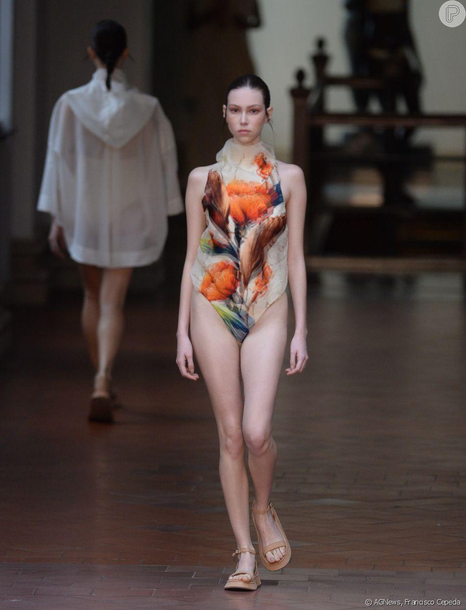 O body do verão 2020 de Lenny Niemeyer tem maxiflores em tom de marrom e coral