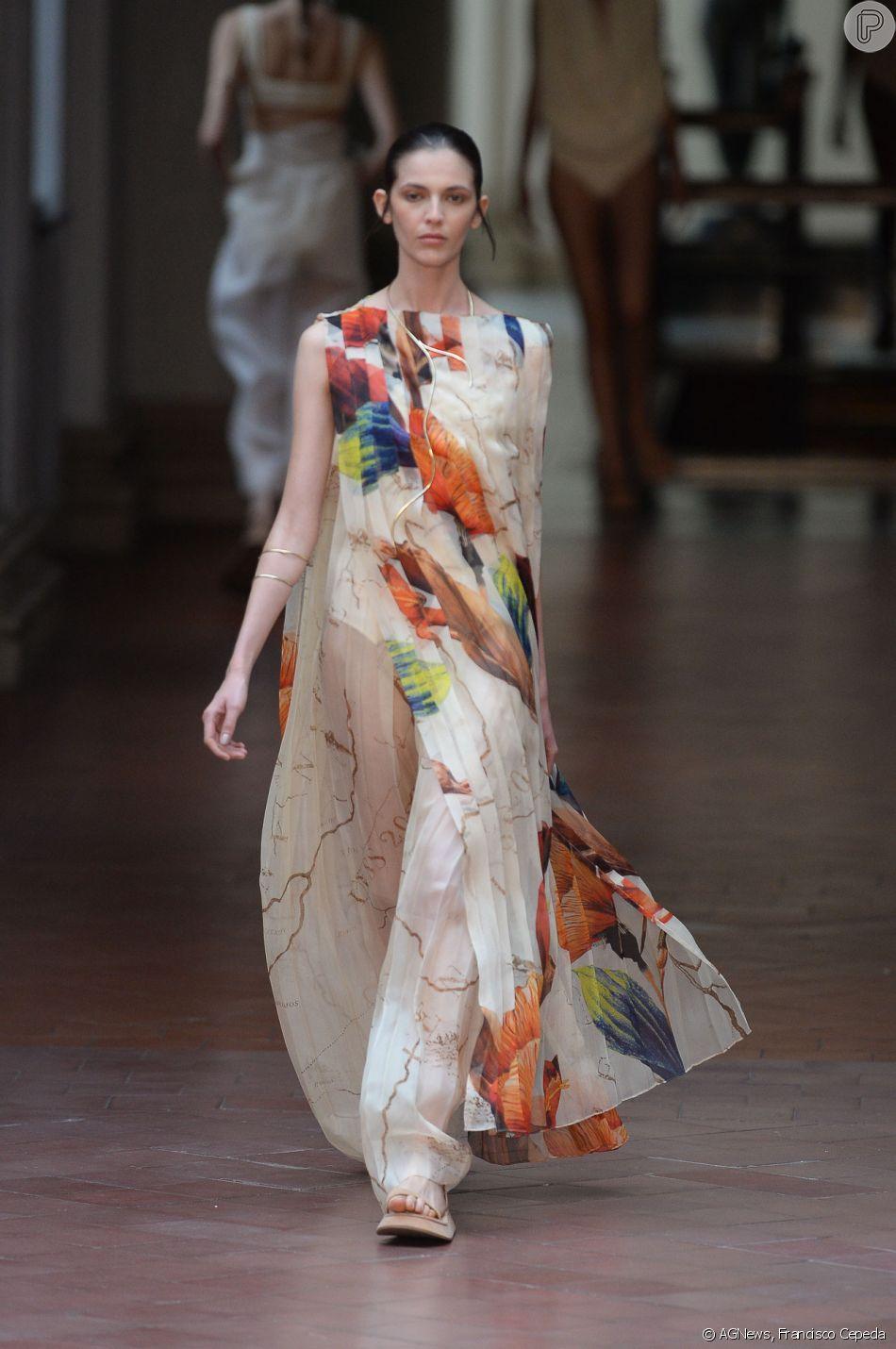 A maxiestampa de flores em tons fortes, como coral, marrom e azul-marinho de Lenny Niemeyer apareceu sofisticada em vestidos longos e de tecido delicado