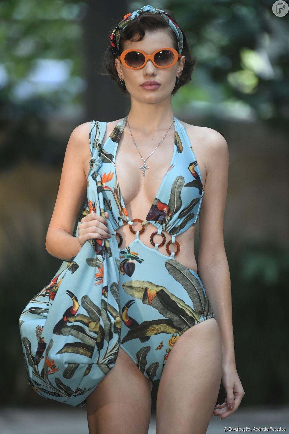 O floral de PatBo apareceu até na headband das modelos, formando um look de praia monocromático e bem fresh para o verão 2020