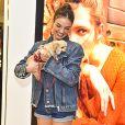 Isis Valverde posou com cachorro no colo durante evento em São Paulo