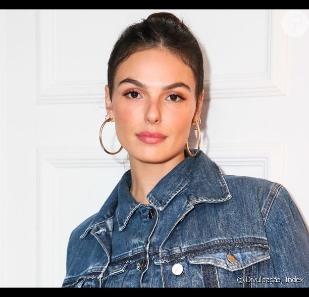 Isis Valverde usou look all jeans em evento de moda em São Paulo nesta quarta-feira, 24 de abril de 2019
