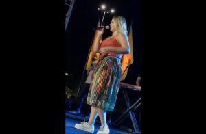 Marilia Mendonça usa cropped de couro e deixa curvas em destaque. Look em vídeo!