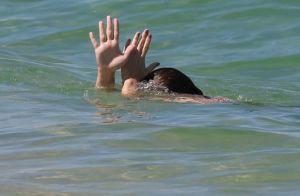 Mãezona! Regiane Alves joga bola e brinca no mar com os filhos. Veja fotos