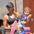 Flavia Sampaio levou o pequeno Balder, de 1 ano, para passear na orla do Leblon, na Zona Sul do Rio de Janeiro, nesta quarta-feira, 8 de outubro de 2014