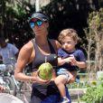 Flavia Sampaio tomou uma água de coco para se hidratar