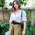 A saia midi com estampa de onça suave formou um look minimalista com a camisa branca