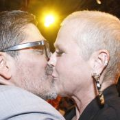 Xuxa beija Junno Andrade e encontra ex-paquitas em estreia de peça do namorado