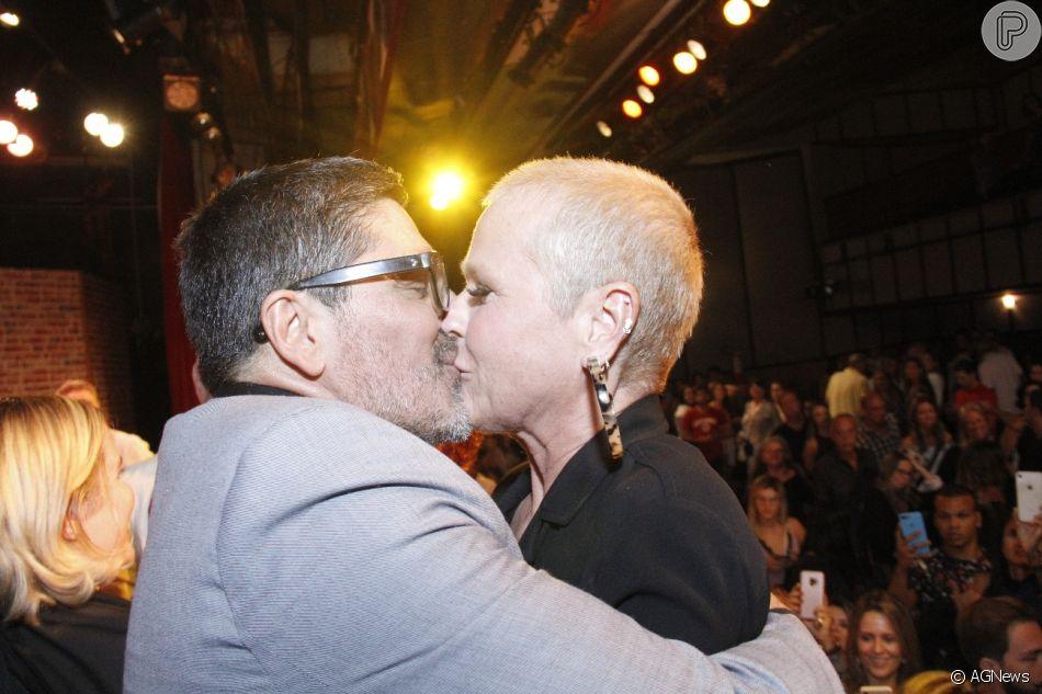 Xuxa beijou o namorado, Junno Andrade, durante estreia da peça 'Um Casamento Feliz' na noite desta quinta-feira, 2 de maio de 2019