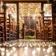 Jeniffer Nascimento e Jean Amorim escolheram uma decoração com predominância de flores em tons pastéis e luzes por todo o lugar