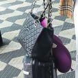 Thaila Ayala alia look Burberry com bolsa Chanel
