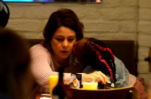 Filha de Leandra Leal pede colo e beija a mãe em passeio por shopping. Fotos!