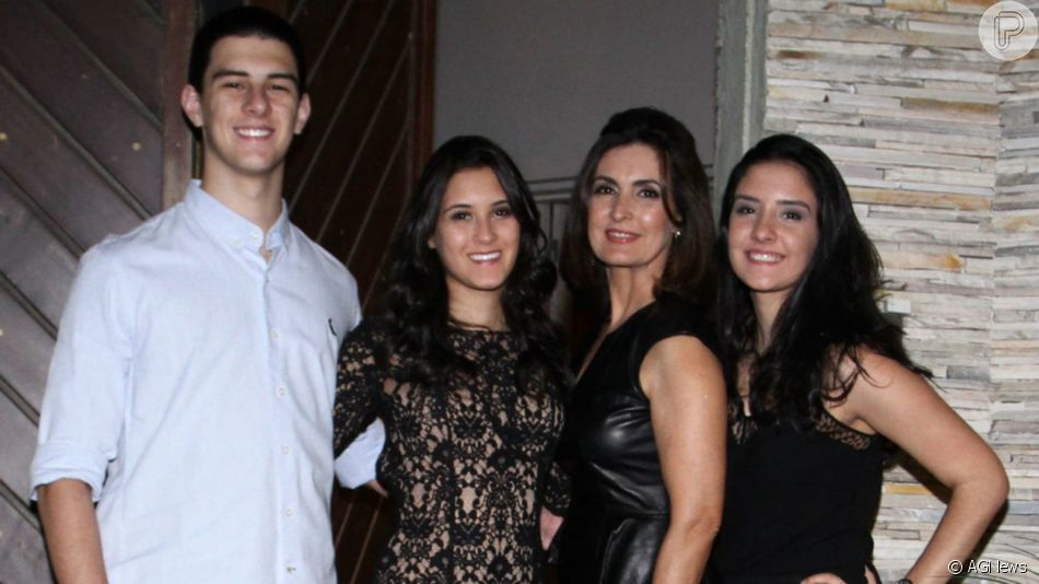 Fátima Bernardes aparece em foto com os trigêmeos no Dia das Mães, em 12 de maio de 2019
