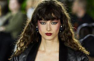 Sombra colorida e blush marcado: as tendências de make nada discretas da vez