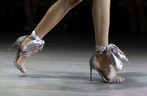 Clássicas e delicadas, strappy sandals voltam à cena com lenços e fitas! Fotos!