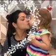 Thais Fersoza dá beijinhos nos filhos em celebração de Dia das Mães