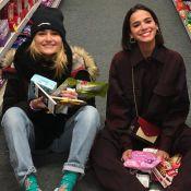 Amigas! Bruna Marquezine tieta banner de Sasha Meneghel em shopping: 'Linda'