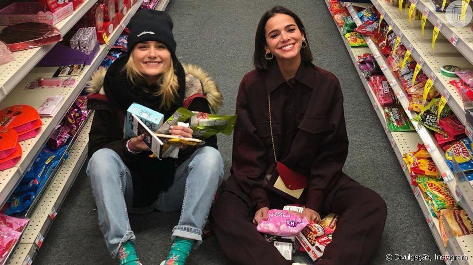 Bruna Marquezine tieta a amiga Sasha Meneghel durante passeio no shopping