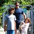 Hugh Jackman é pai adotivo de Ava e Oscar