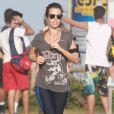 Juliana Didone corre na orla de praia do Rio de Janeiro