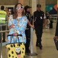 Anitta, com look grifado dos pés a cabeça, desembarca no Rio após férias na Indonésia