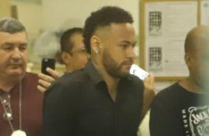 Neymar, de muletas, vai à delegacia para prestar depoimento sobre fotos vazadas