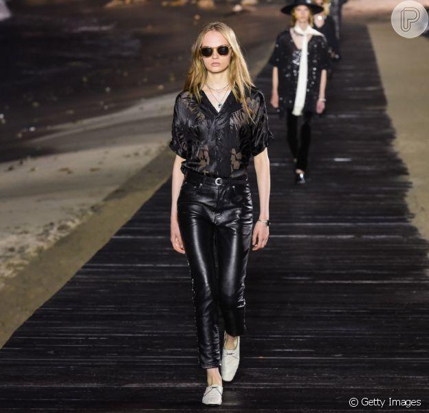 Desfile masculino primavera/verão 2020 da Yves Saint Laurent trouxe peças sem gênero. Calça de couro está em alta